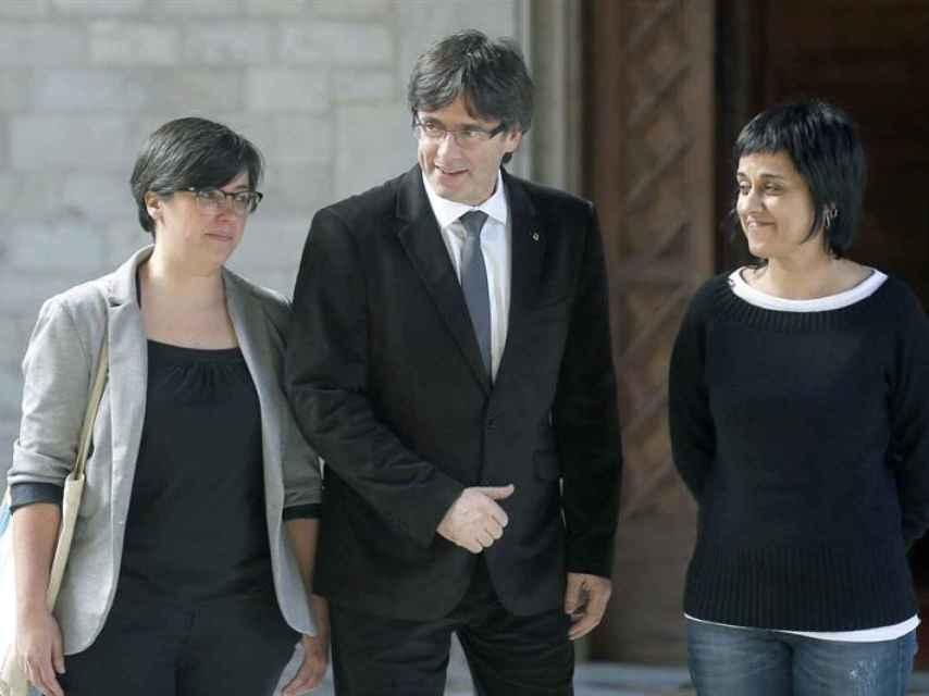 Carles Puigdemont, junto a las representantes de la CUP, Mireia Boya y Anna Gabriel.