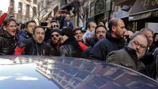 POLICÍAS DE MADRID INSULTAN AL CONCEJAL Y GOLPEAN SU COCHE TRAS UNA PROTESTA