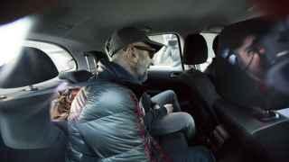 El dueño de Vitaldent, Ernesto Colman, detenido en un coche policial.