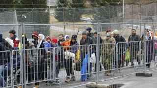 Refugiados cruzan hacia Austria desde Eslovenia.