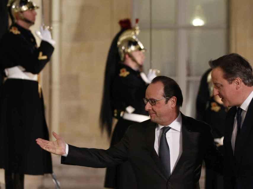El presidente francés, François Hollande, recibe a Cameron en el Elíseo
