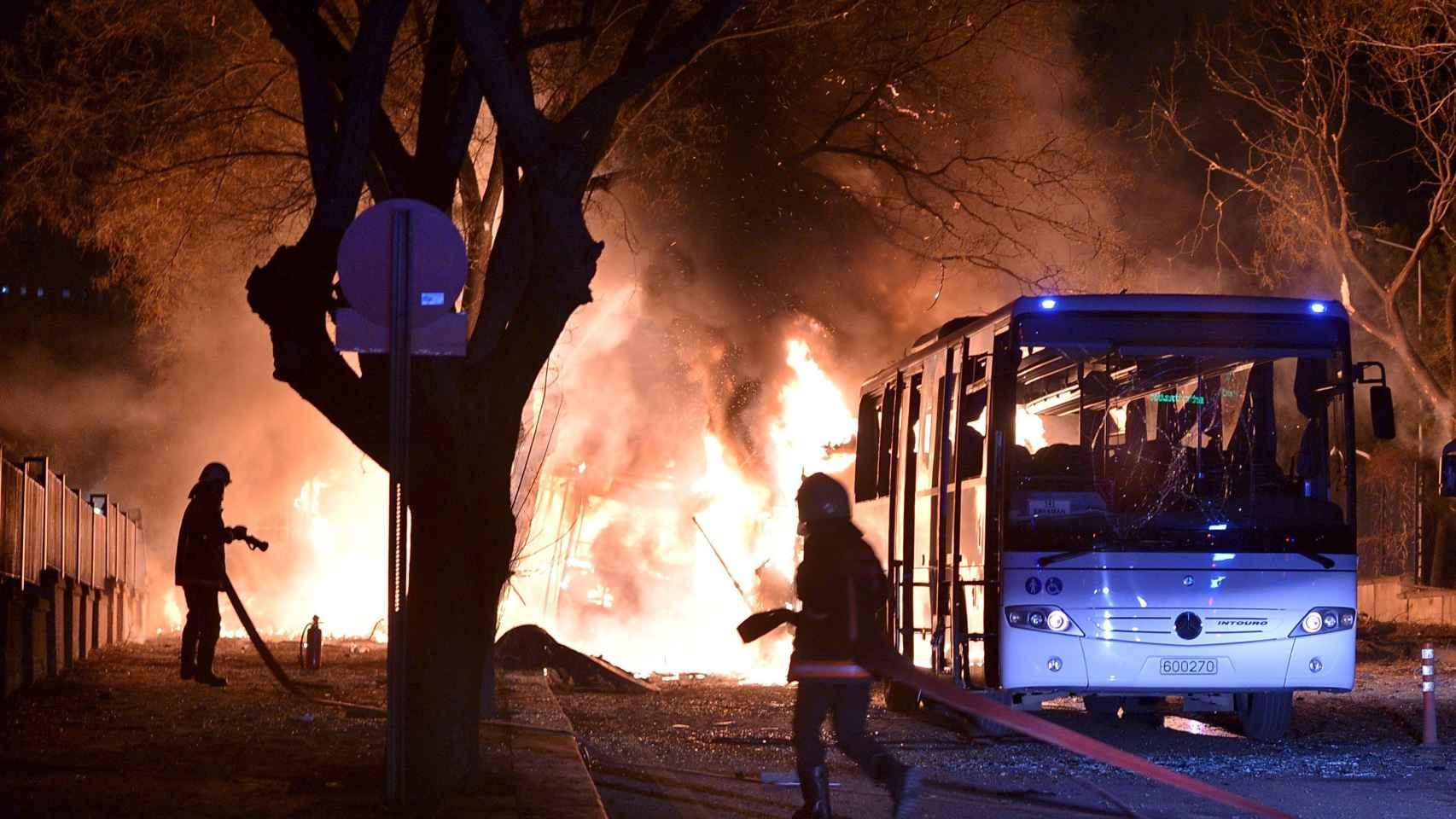 Los bomberos tratan de extinguir el fuego tras la explosión en Ankara.