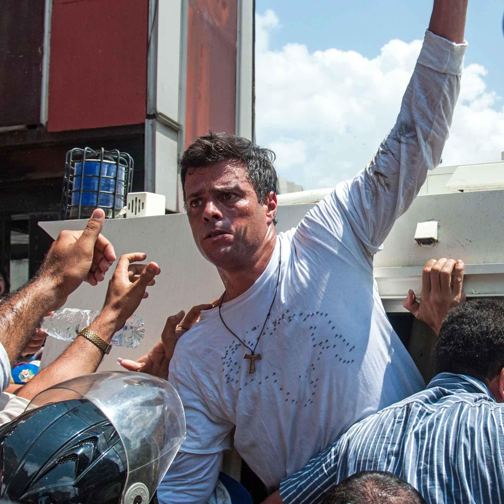 Leopoldo López se despide el día que se lo llevaron preso.