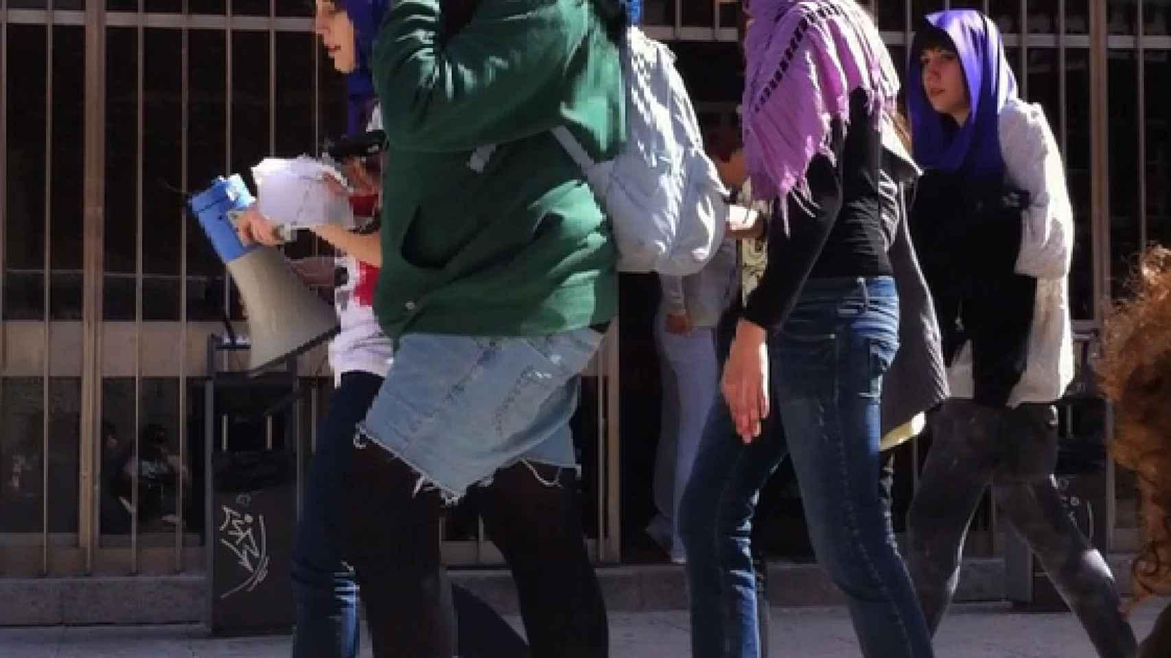 La concejala del ayuntamiento de Madrid, con un pañuelo morado en la cabeza.