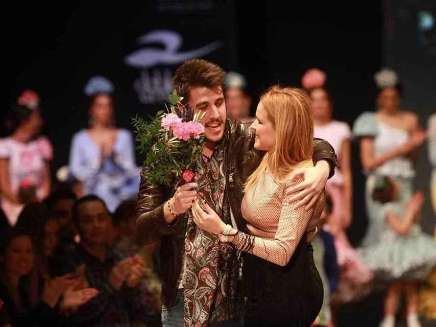 La diseñadora Sara Benítez recibe la felicitación de Antonio José al finalizar el desfile