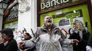 Protestas frente a una sucursal de Bankia