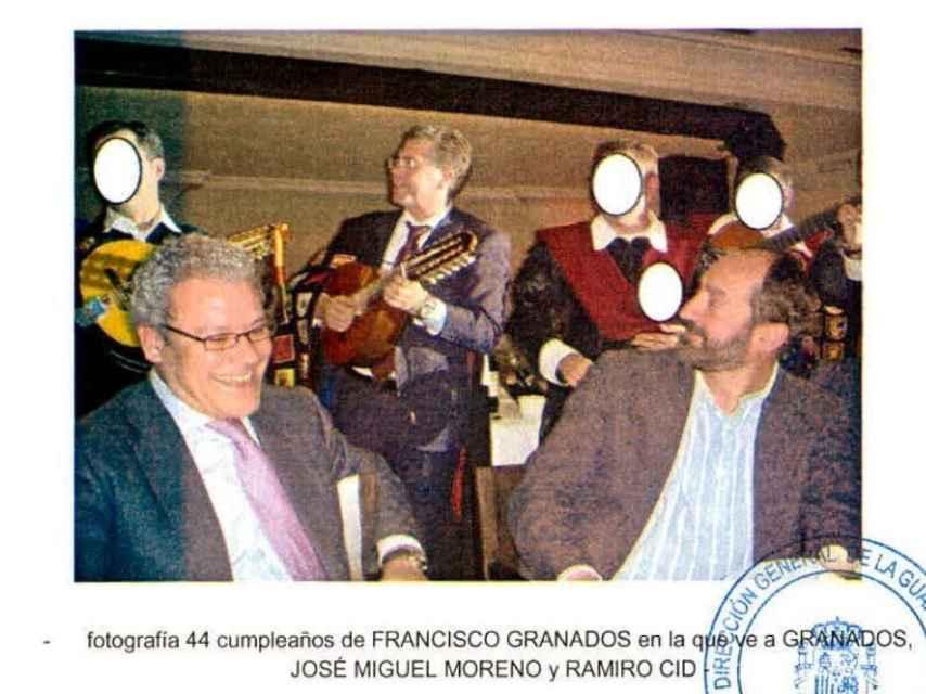Francisco Granados durante su 44 cumpleaños tocando la bandurria