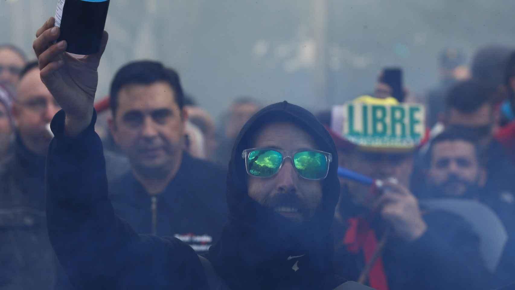 Un manifestante con un bote de humo en la manifestación de ayer.