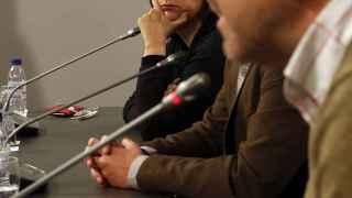 Rosa Pérez, de Esquerra, escucha a Emili Altur, Compromís, tras conocer su imputación.