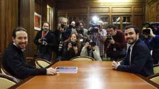 Pablo Iglesias y Alberto Garzón al inicio de la reunión que han mantenido hoy en el Congreso