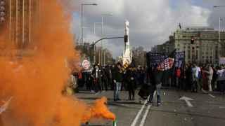 Botes de humo colocados por los manifestantes durante la protesta de los taxistas´.
