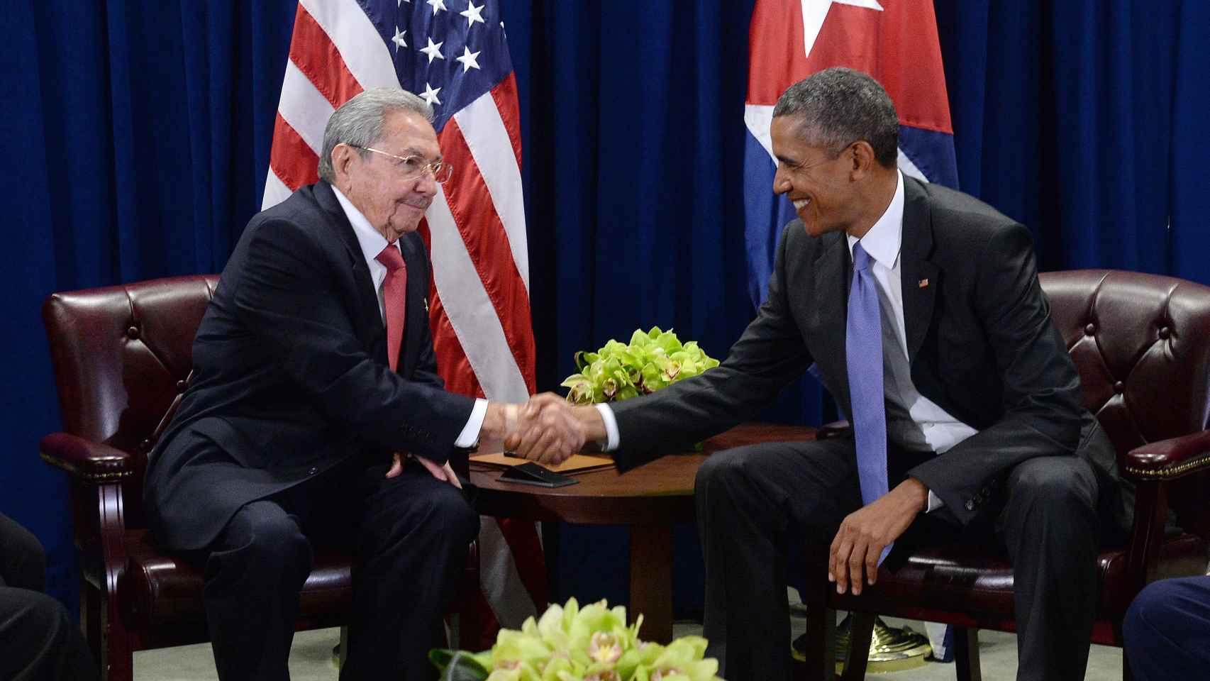 Barack Obama y Raúl Castro estrechan manos en la sede de la ONU.