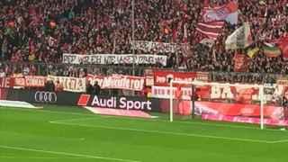 Los aficionados del Bayern sacan una pancarta contra Guardiola.