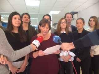 Los odontólogos de Vitaldent  leen el manifiesto de protesta.