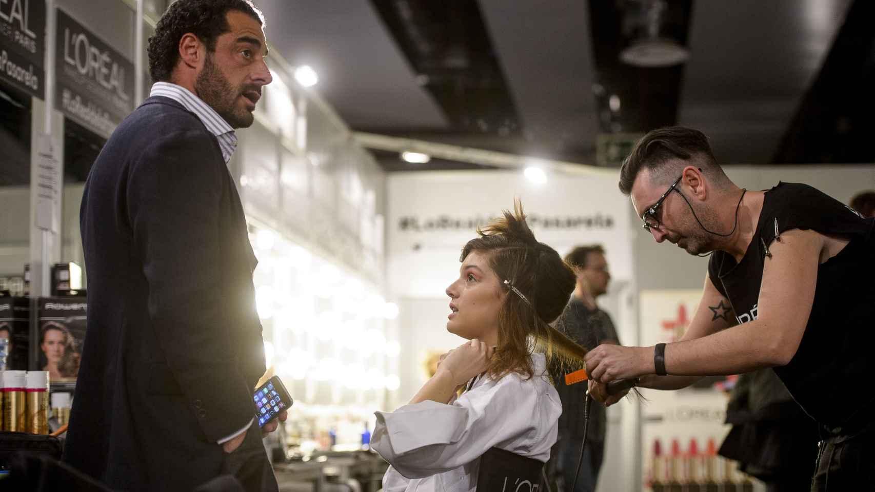 Vicente Cebrián charla animadamente con la modelo Marta Ortiz en el backstage