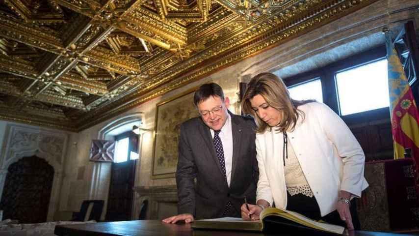 Díaz, firma en el libro de honor de la Generalitat valenciana donde ha sido recibida por el president, Ximo Puig