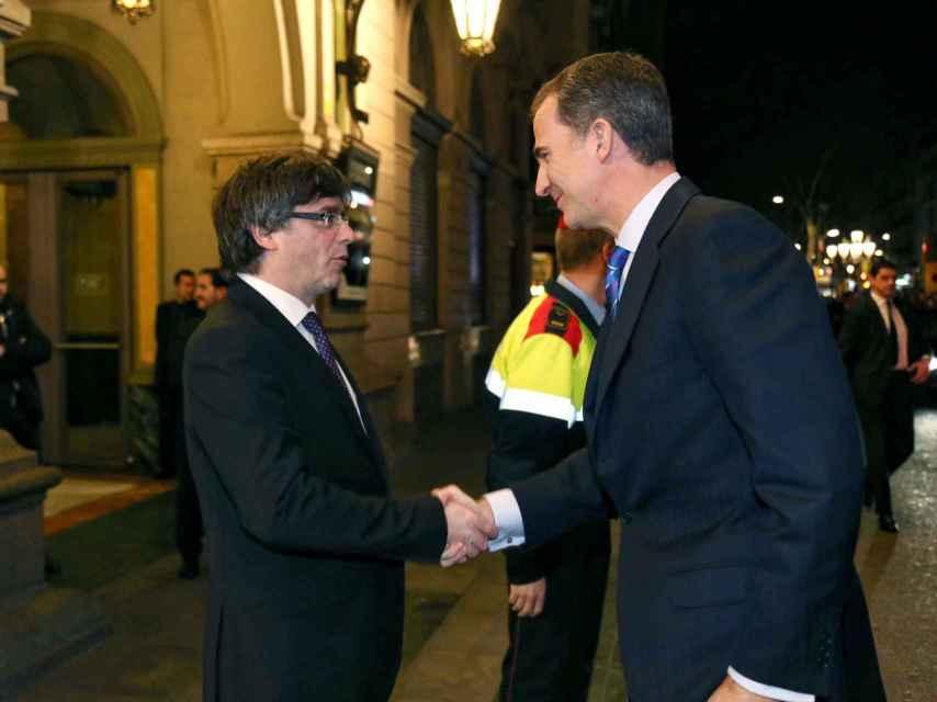 El Rey saluda a Carles Puigdemont