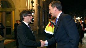 Carles Puigdemont estrecha la mano de Felipe VI en la entrada del Liceu.