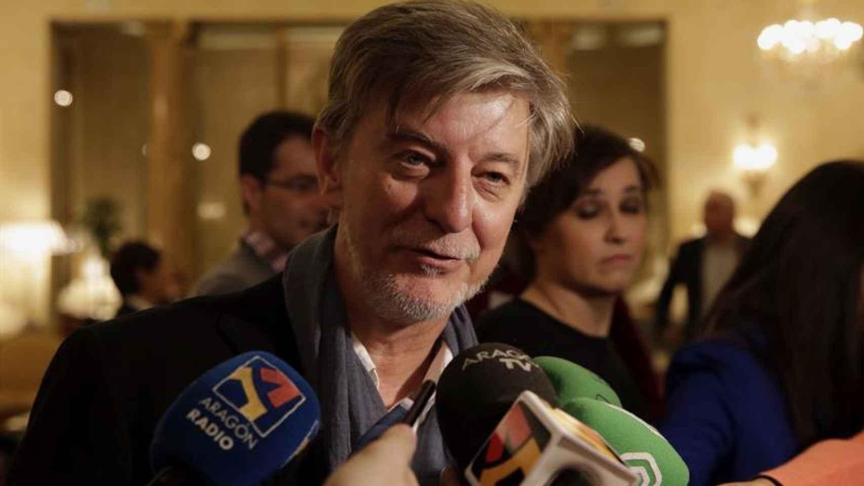 El alcalde de Zaragoza, Pedro Santisteve, atiende a los medios.