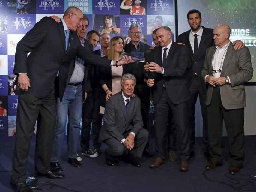 Entrega del premio María de Villota al Real Madrid de baloncesto.