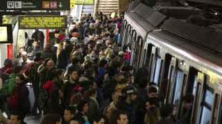 Colau se enfrenta a los sindicalistas y paraliza Barcelona en pleno congreso de móvil