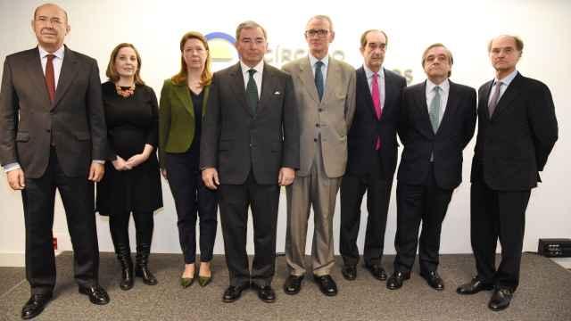 El cuarto por la izquierda, el presidente del Círculo de Empresarios, Javier Vega de Seoane.