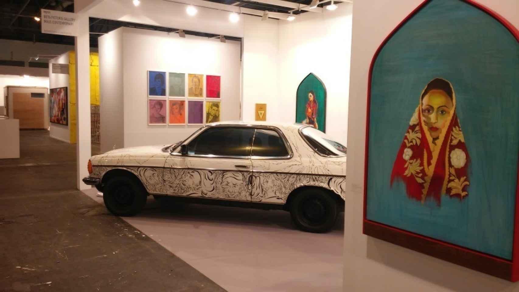 Taravat Talepasand y su pieza Dar Bast (Closed Door) 1977 Mercedes 230 Coupé.