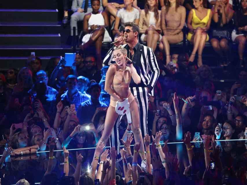 El polémico baile de Miley Cyrus con Robin Thicke en los MTV 2013