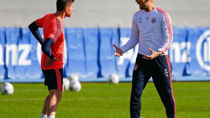 Guardiola da instrucciones a Xabi Alonso.