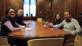 Pablo Iglesias, junto a la portavoz adjunta de Podemos en el Congreso, Irene Montero (2d), durante la reunión con Mónica Oltra y Joan Baldoví
