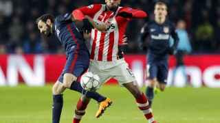 Juanfran pelea por la pelota.