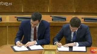 Sánchez y Rivera durante la firma del acuerdo