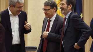 Luis Garicano conversa con Jordi Sevilla y José Enrique Serrano.