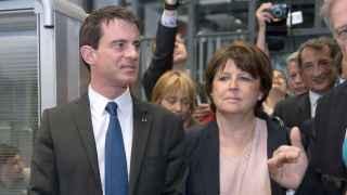 Manuel Valls y Martine Aubry visitan juntos un centro tecnológico de Lille.