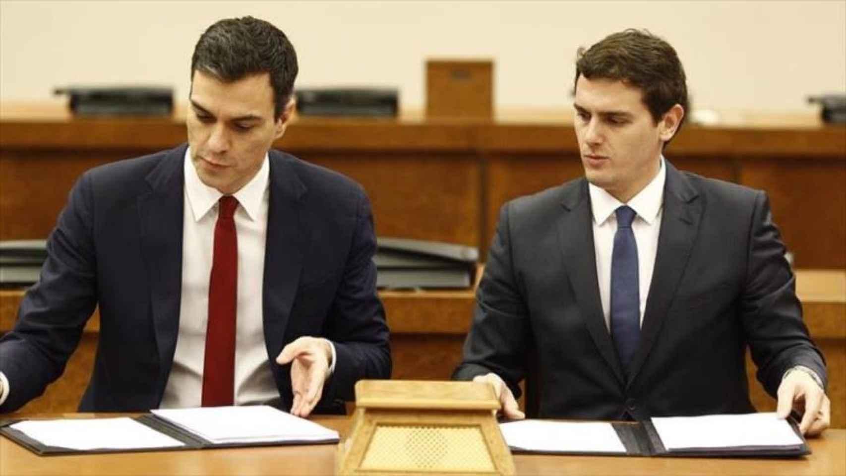 Sánchez y Rivera parecían dos gotas de aguas, excepto por el color de la corbata