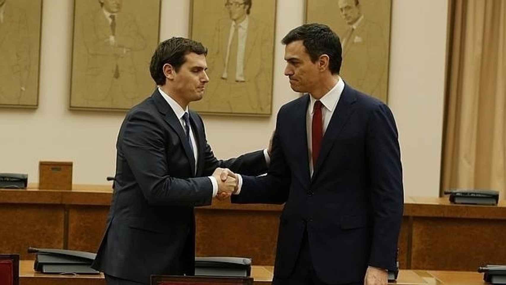 Rivera y Sánchez estaban tan compenetrados que han hecho hasta la misma mueca en el apretón de manos