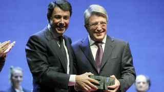 Ignacio González entrega a Enrique Cerezo uno de los premios de la Comunidad de Madrid en 2012