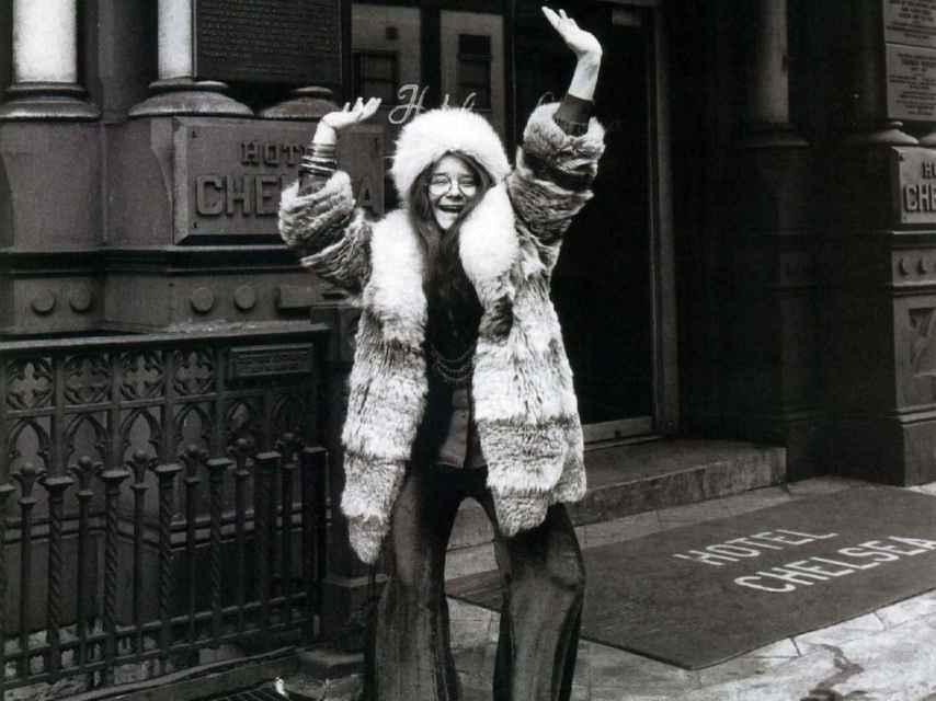 La cantante Janis Joplin saluda a las puertas del Hotel Chelsea