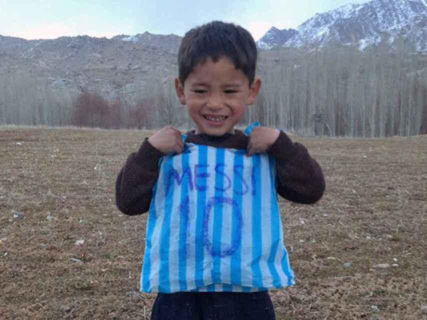 Murtaza Ahmadi con la camiseta de plástico.