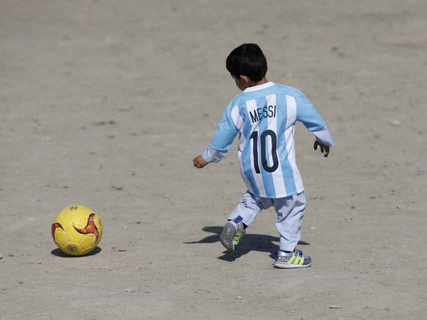 El pequeño Murtaza (el 'Messi afgano') ya juega con su camiseta.