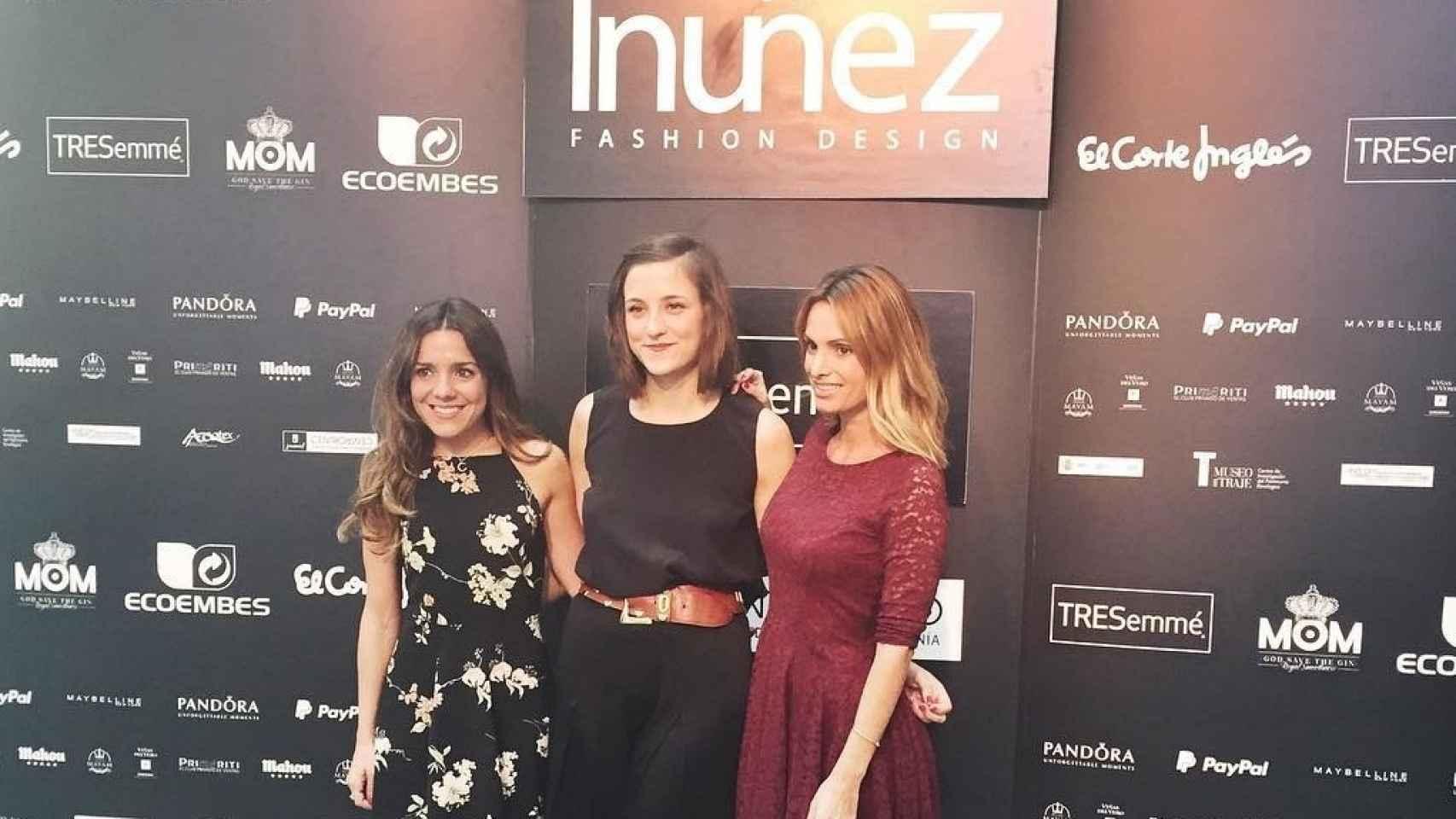 Paula Ordovás, la diseñadora Inés Nuñez y Andrea Pascual en la MFShow