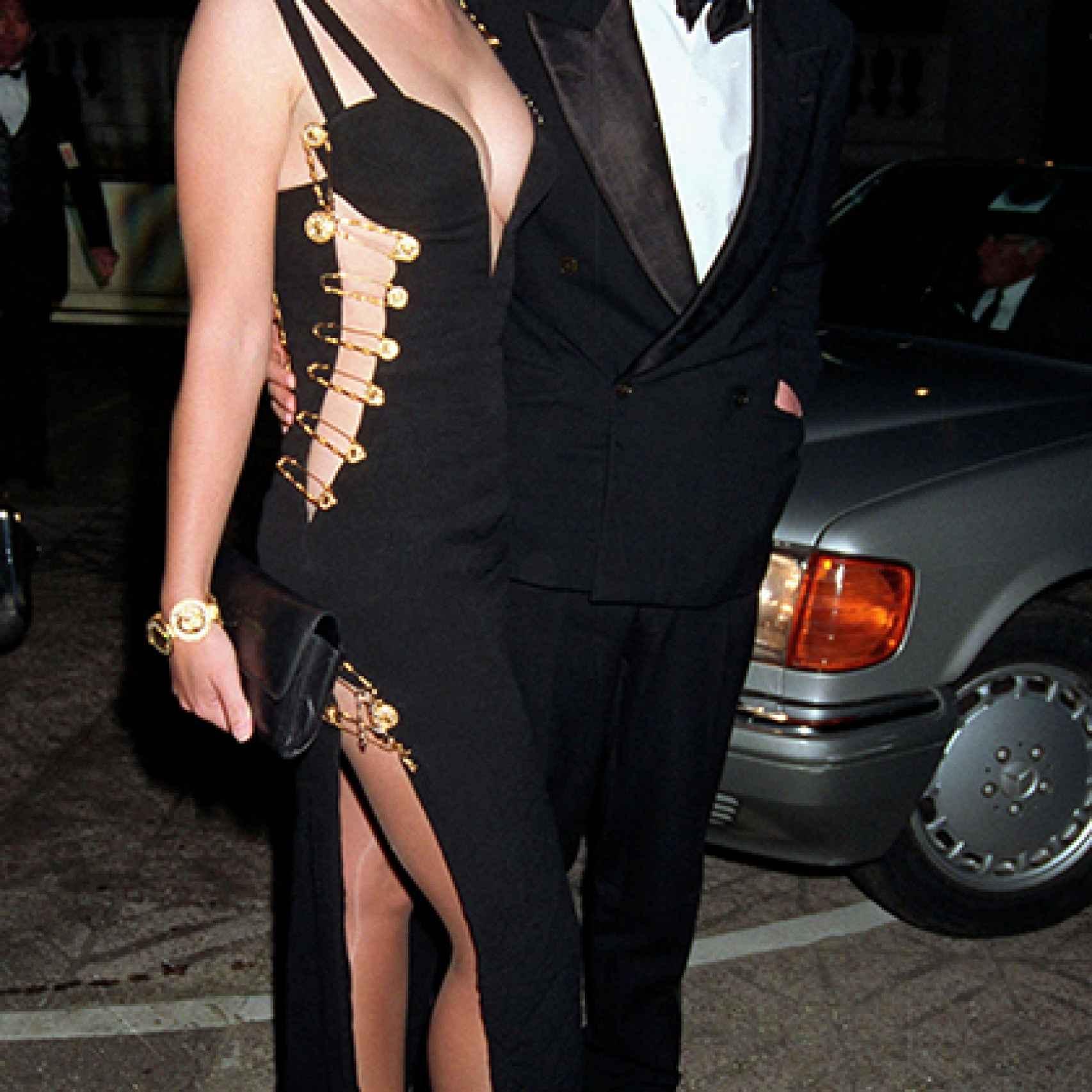 Hugh Grant y Liz Hurley con vestido de Versace en la premier de Cuatro bodas y un funeral
