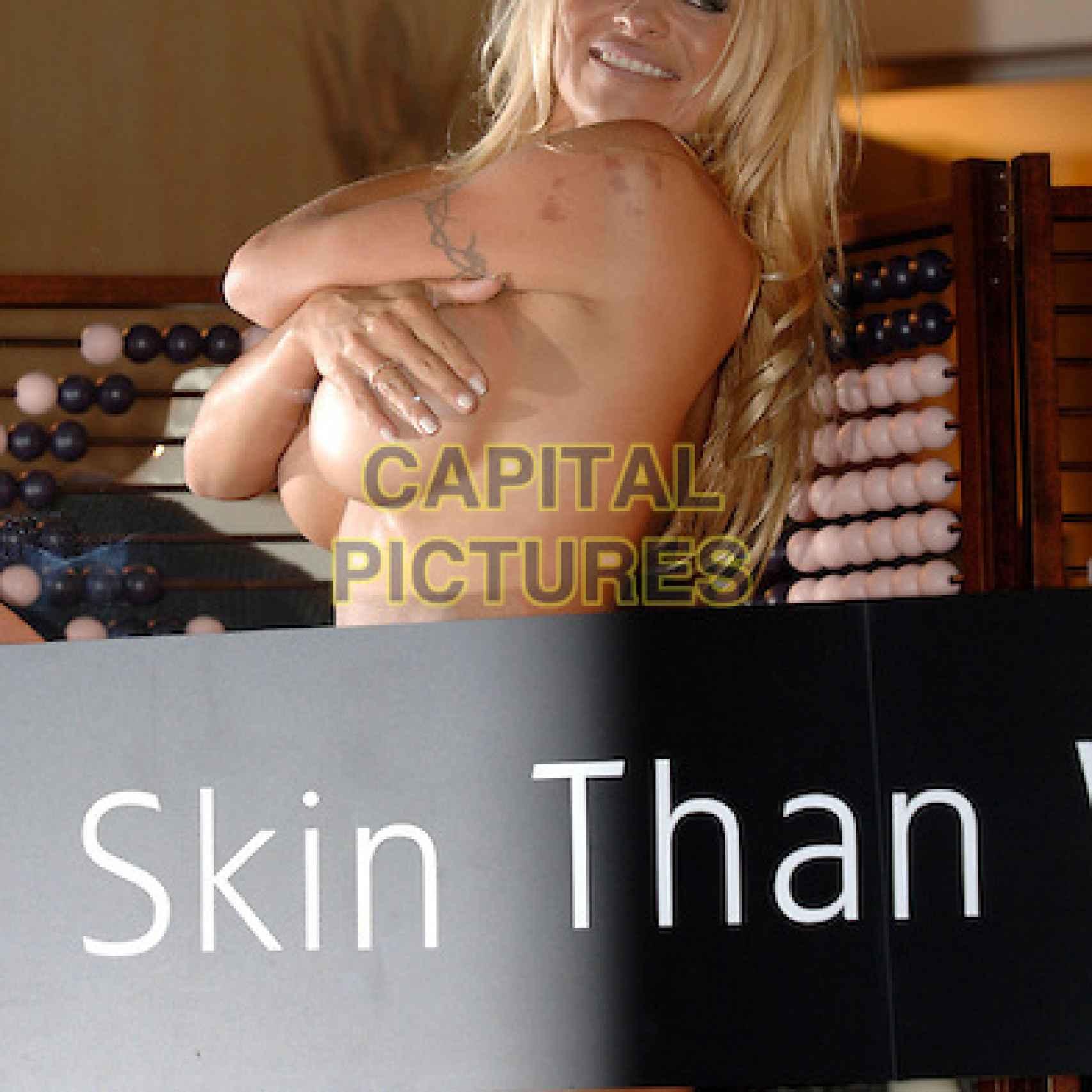 Pamela Anderson en apoyo a PETAs en la tienda de Stella McCartney en Mayfair