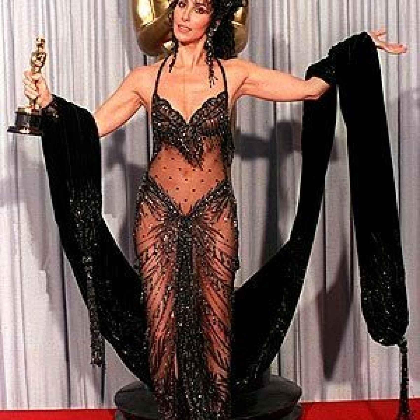 Cher con el Oscar en 1998