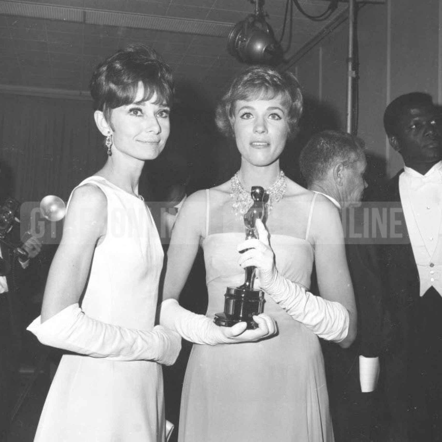Julie Andrews y Audrey Hepburn en los Oscar de 1965