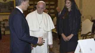 Macri, con su mujer, junto al Papa Francisco.