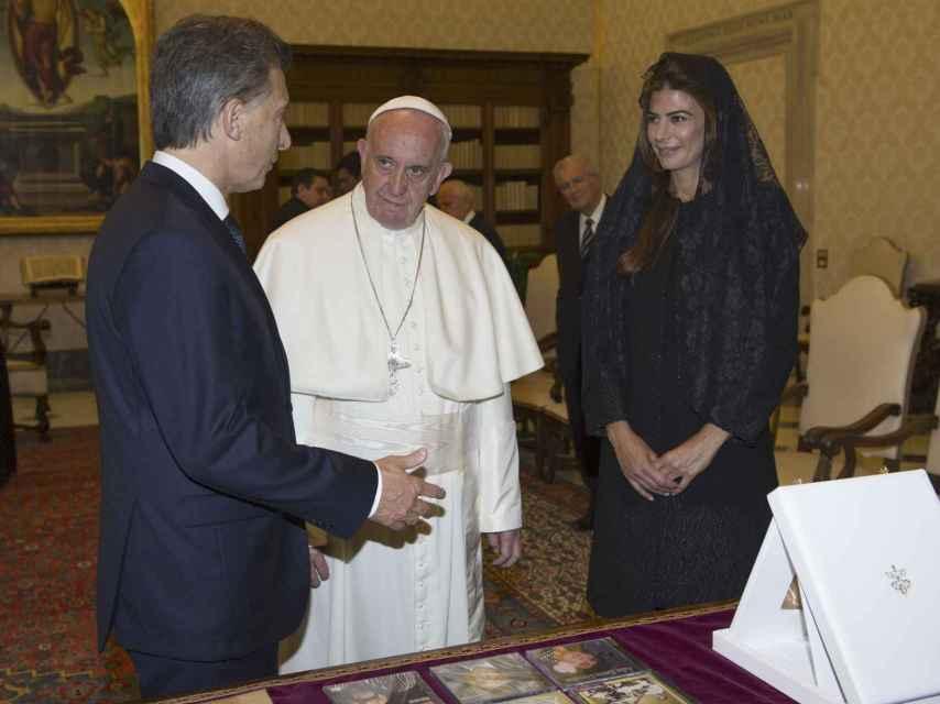 Mauricio Macri, con su mujer, junto al Papa Francisco.