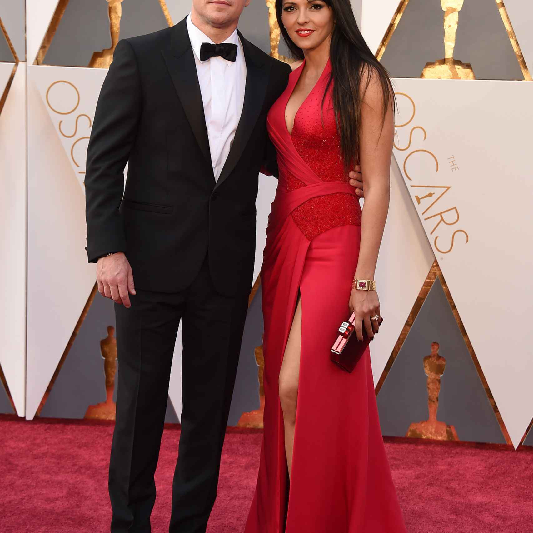 Matt Damon y su mujer Luciana Barroso con un vestido rojo con escote de vértigo y corte  en la pierna