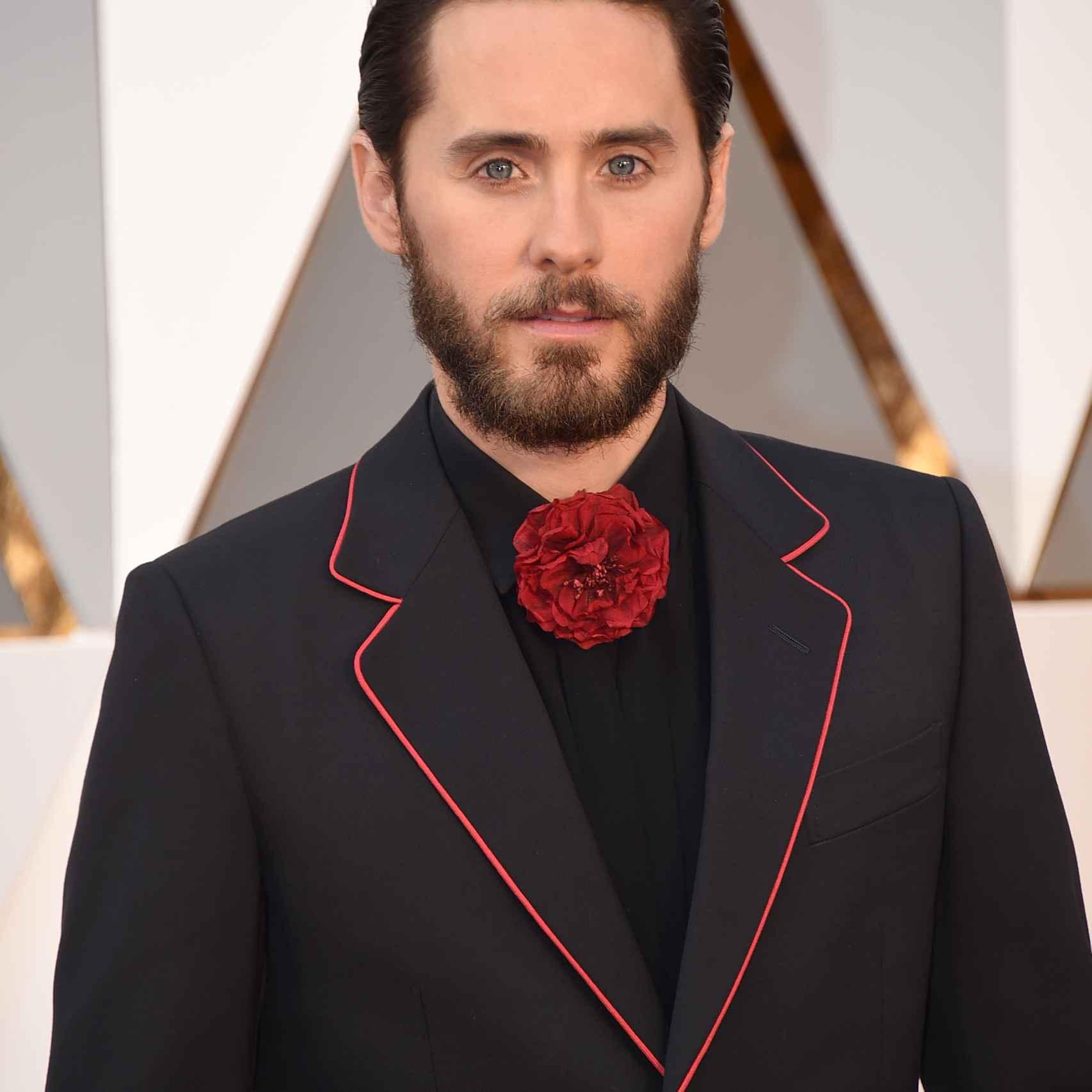 El oscarizado Jared Leto siempre arriesga. En esta ocasión un traje negro con ribete rojo inspiración flamenca de Gucci