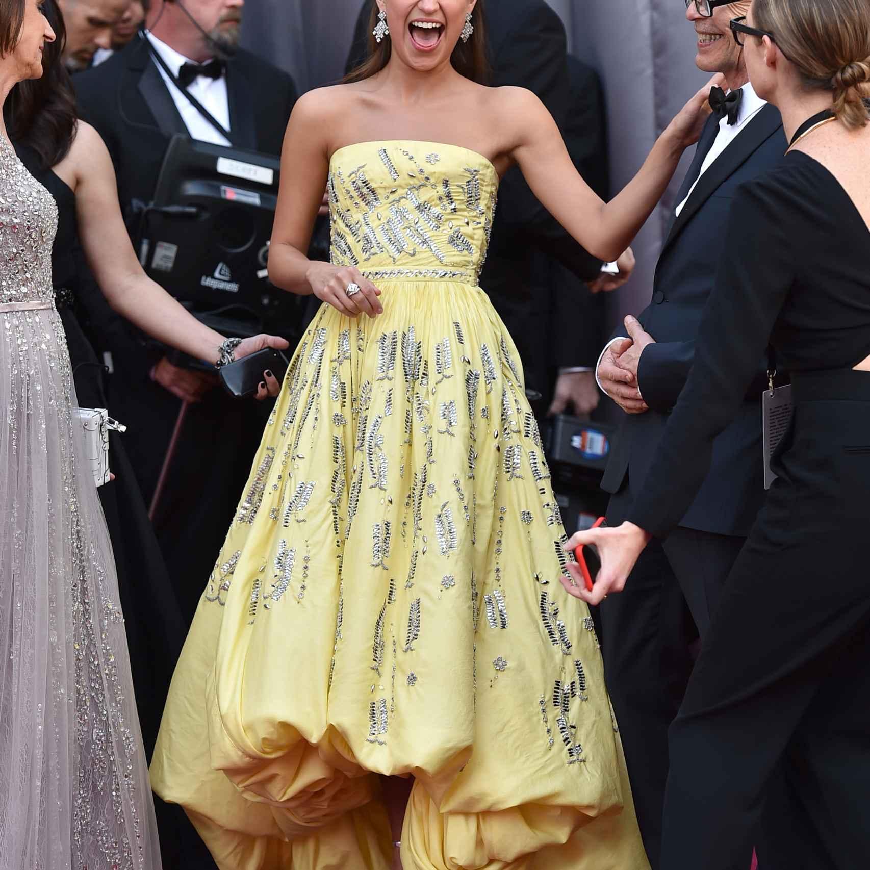 Alicia Vikander con un amarillo Louis Vuitton